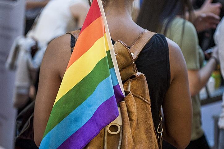 Jente med Pride-flagg i sekken