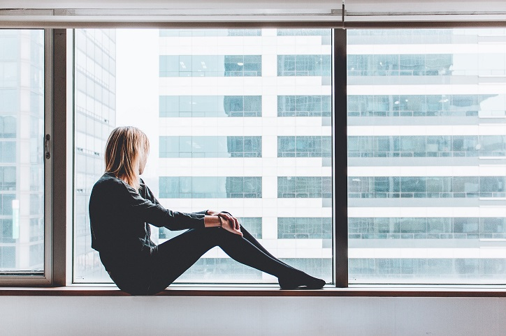 En jente sitter i vinduet